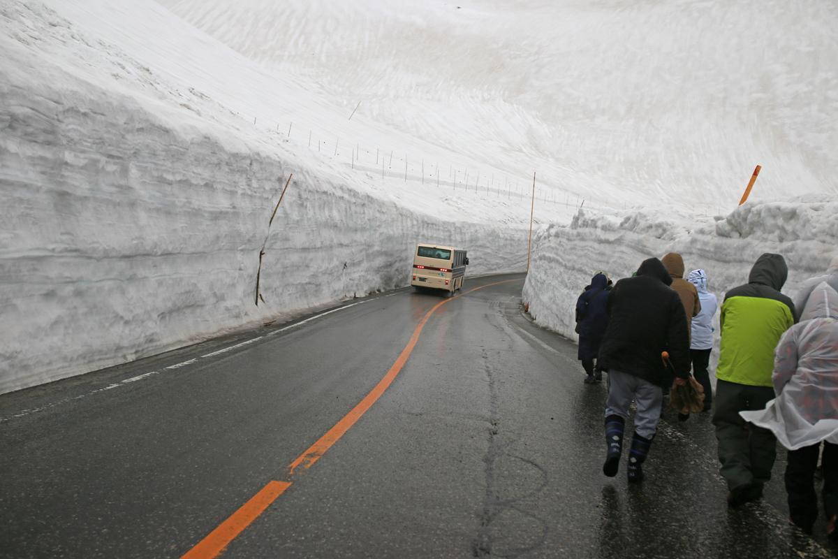 Tateyama Snow Walls-in-evening-walk-2